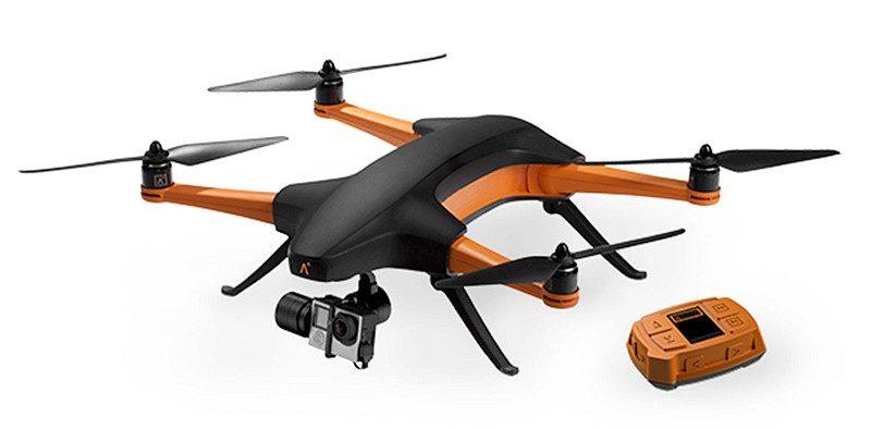 Staaker 飛行相機與腕戴式追蹤器。