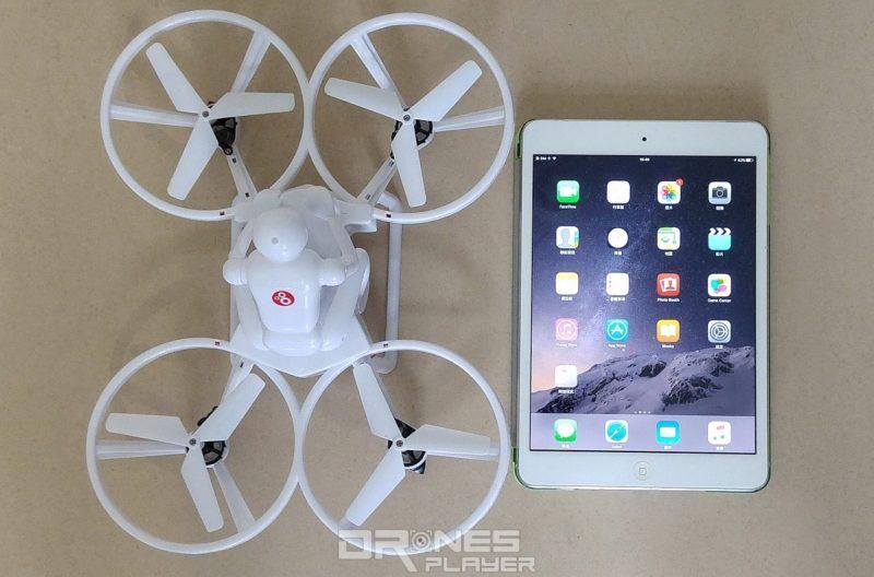 Create Toys E902 機身大小為 21.5 x 28 x 13 厘米,比右方的 Apple iPad Mini 2 還要大。