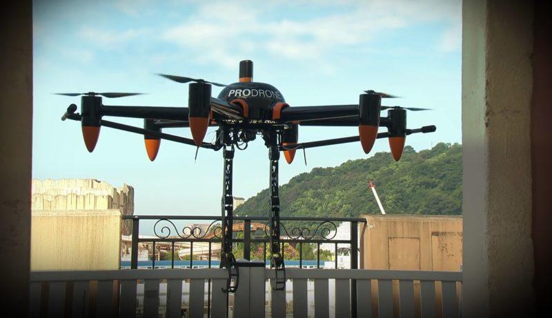Prodrone PD6B-AW-ARM 無人機於欄柵上懸停並用機械臂固定位置。