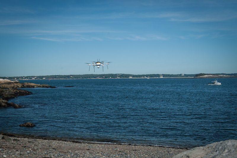 UPS 送貨無人機正逐漸飛近孩之島的岸邊。