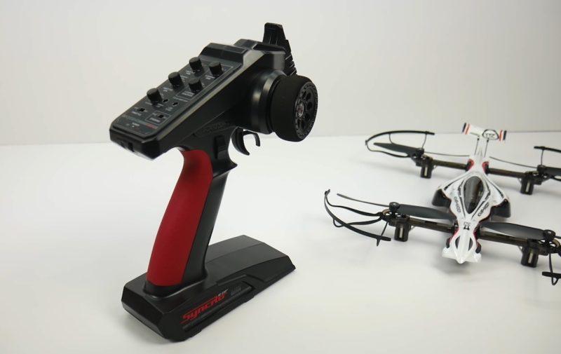 Kyosho Drone Racer 遙控器的造型和控制方式,外形跟一般無人機遙控器大相逕庭,反而更像遙控車遙控器大同小異。