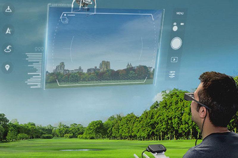 戴上 AR 眼鏡後,用家可同時看到操控介面和空拍機。