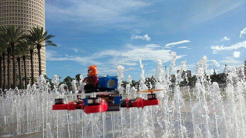 Digital Sky Mini 無人機可以加裝 LEGO人偶於機體上,既可加強玩味性,亦有助分辨機首方向。
