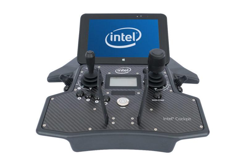 Intel Cockpit 遙控器內建一塊《Windows》平板電腦。