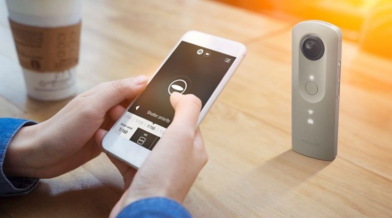Ricoh Theta SC 可藉由 Wi-Fi 跟手機配對,並利用手機操控,適用自拍或大合照時使用。
