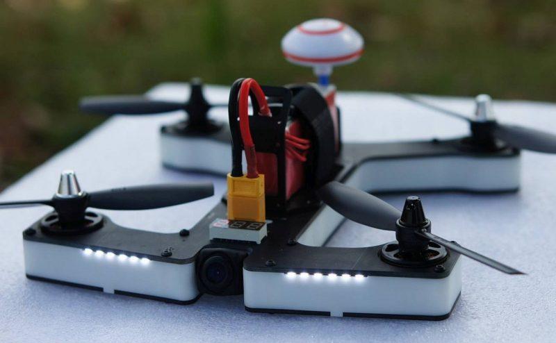 VIFLY R220 穿越機採用一體化設計,讓飛手無需費心去調整機身,一打開包裝箱即可起飛。