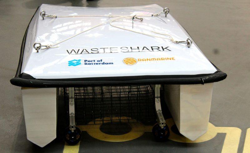 Waste Shark 水上無人機的底部設有籠子,可容納 500 公斤垃圾。