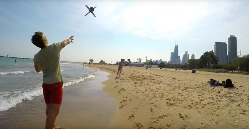 在沙灘上把 AER 當作飛盤來拋飛,也相當好玩。