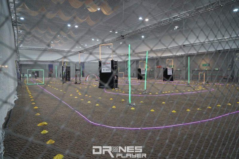 賽場被圍網籠罩,同時增加保護和比賽難度。