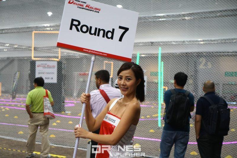 現場有賽事女郎舉牌告知比賽階段。