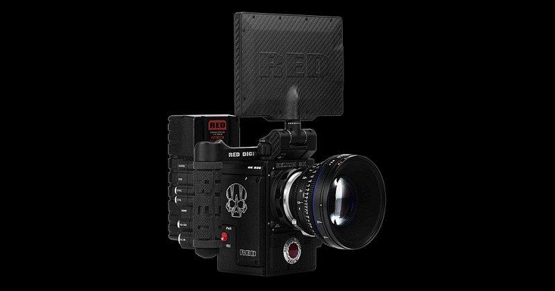RED EPIC-W 8K 攝影機裝上鏡頭、預覽屏幕和其他裝備後的模樣。