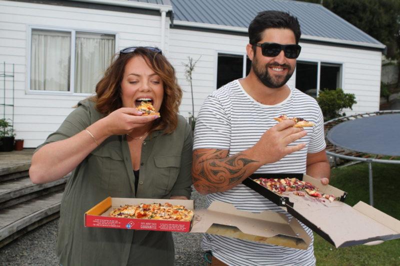 客人收到達美樂的無人機空運披薩後,隨即大快朵頤