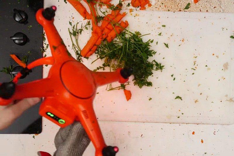 啟動 Autel Robotics X-Star Premium 後,利用旋動中的槳翼把甘筍和蕃茜切碎,場面絕對驚險!小朋友切勿模仿。