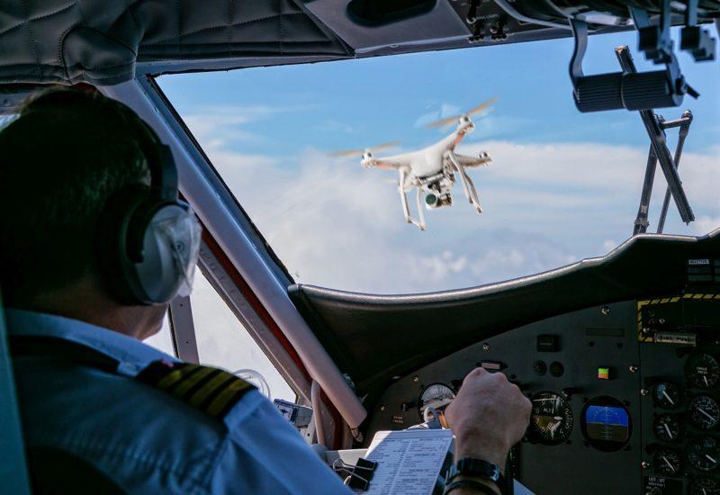 當時機師在駕駛室窗外看到一台長約 20 吋的無人機飛近,惟兩機的距離已太近,故沒時間作出任何迴避行動。