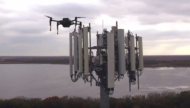 Sentera Omni 無人機可代替人類,檢查建在高架設施上的行動通信基地塔,免去工業意外的發生機會。