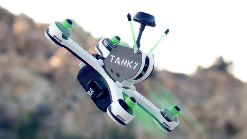 Tanky Drone 飛行期間的機身傾斜角度可達 45 度至 90 度。