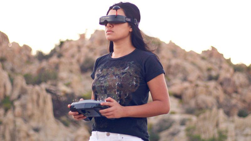 Tanky Drone採用 5.8GHz 頻段進行圖傳,並支援 40 條頻道,可配對 FPV 眼鏡進行第一人稱視角式操作。