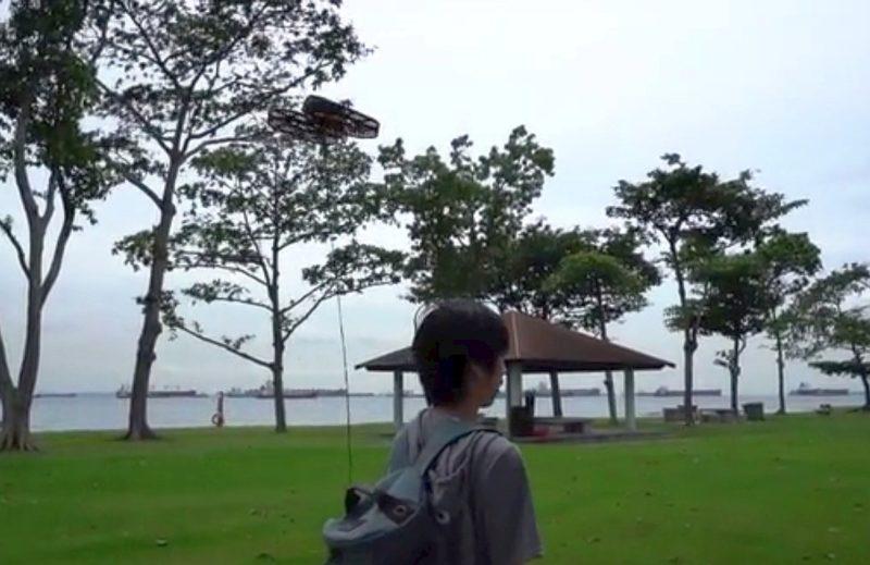 用戶只將 TONBO 的外置充電池放入背包,便可藉由電源線拖著 TONBO 無人機四處閒逛,享受涼風送爽。