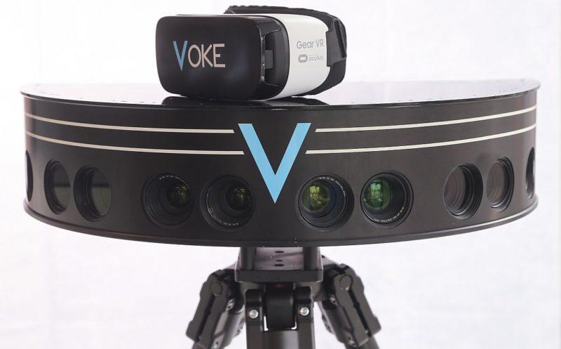 Voke 自家研製的全景攝影機裝設了多組雙鏡頭,捕捉現實世界的真實比例和景深,再經由軟體處理後輸出,便可顯現仿如置身現場的 VR 影像效果。