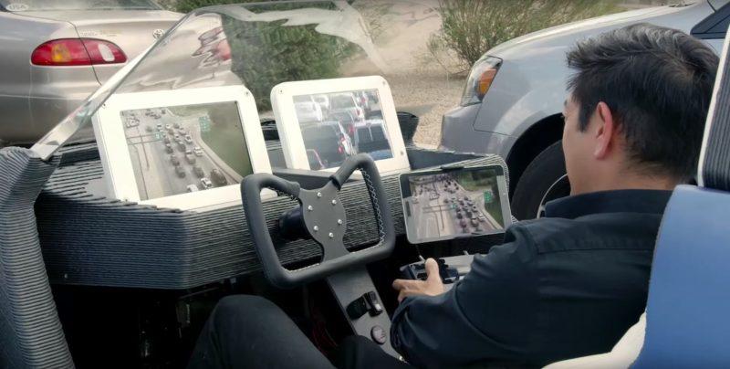 司機安坐駕駛座,看著屏幕操控空拍機,汽車則自動駕駛。