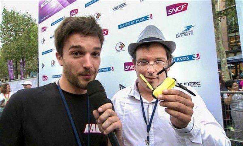 Nano-Racing 聯合創辦人 Charles Venayre(左)及 Fabien Madore(右),展示手中由 3D 列印製作的 Nano 穿越機。