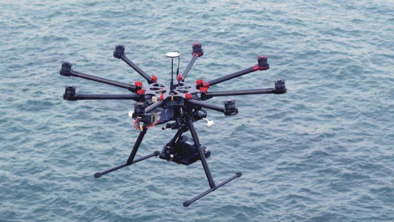 DJI S1000 八旋翼飛行平台在海面航拍的飛行姿態。