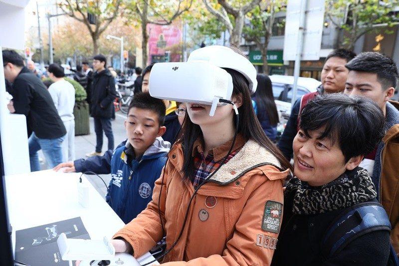 在 FPV 模擬器飛行體驗區,遊客可試用 DJI Goggles 模擬航拍。