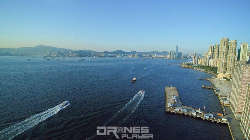 當航拍機接近青洲時,可把鏡頭轉向東面,便可拍到最美麗的香港西(遠方背景為九龍西區)。
