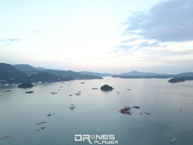 由空地起飛往東面,正前右方最大的那個小島便是羊洲,傳說島上有一個超巨型的鄺氏巨墓;中間及左方有兩個無名小島,航拍機可飛到島上空中拍攝。