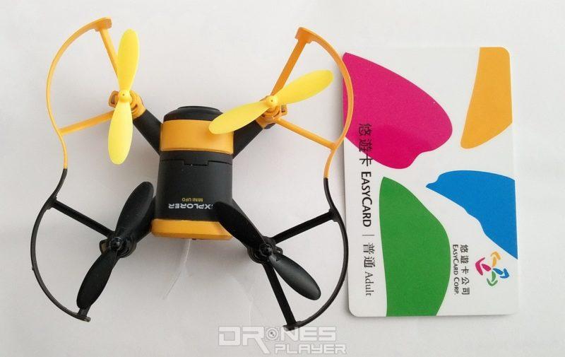 JXD 512W 機身連軸臂的大小,跟台灣悠遊卡相若。