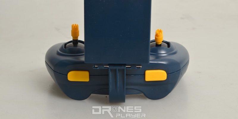 JXD 512W 遙控器頂部兩側分別是速度切換及一鍵 3D 翻滾功能鍵。
