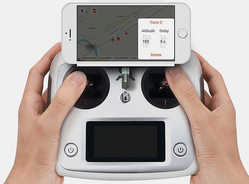 Xeno Sky 的遙控器上可裝放智慧型手機,以供預覽圖傳畫面和飛行地圖。