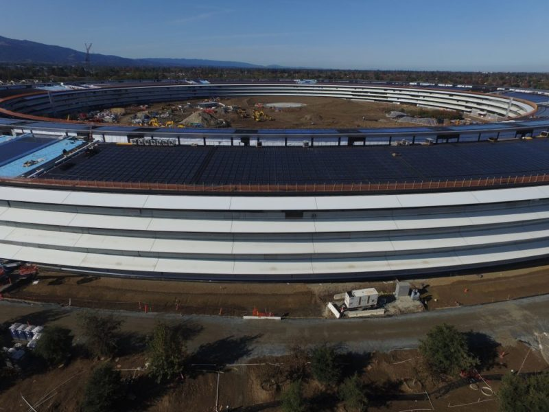 環狀建築物屋頂鋪滿太陽能板。