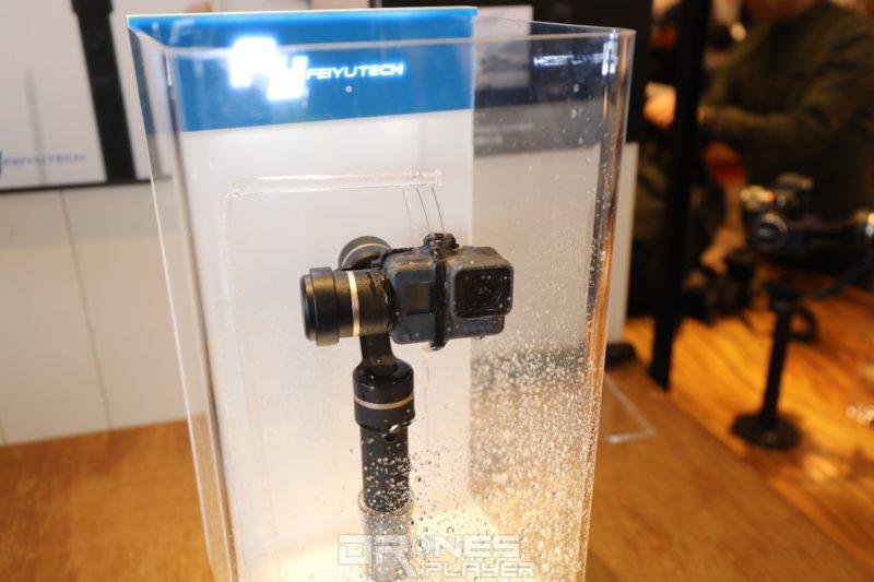 G5 手持雲台具防水潑功能,持續被水潑濺也能正常運作。