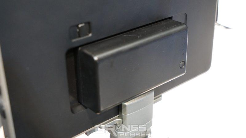 Crystal Sky 顯示器背部電池可作替換,電容量為 4,920 mAh,可供 5.5 吋型號連續使用 5 至 6 小時,7.85 吋型號則用上 4 至 5 小時。