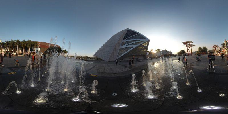 下圖為Insta360 Pro攝錄8K影片的畫面截圖,無論是前景的水柱,抑或後景的建築物,細節均得以呈現,可見影像相當細膩。