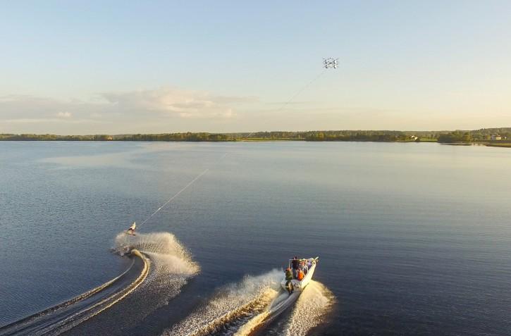 Aerones 亦曾使用同一架無人機來進行無人機滑水測試。