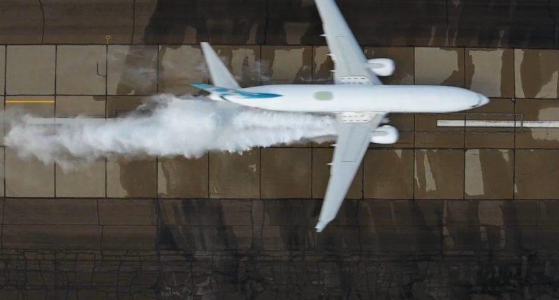 DJI Phantom 4 空拍機由高空俯瞰拍攝客機濺起水花的模式。