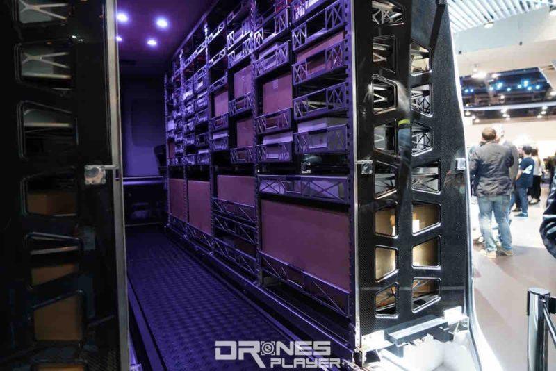 汽車後座兩旁放滿裝貨的層架,間隔與傳統貨倉無異。