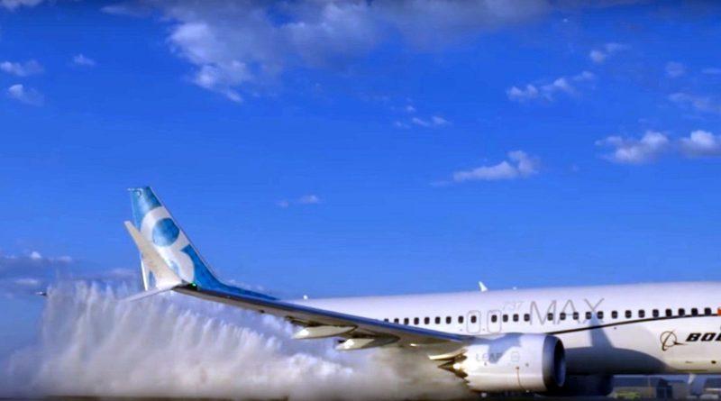 從側面拍攝 Boeing 737 MAX 駛過跑道上的臨時水池的情況,其間濺起大量水花。