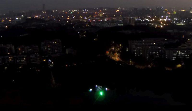 Ehang 184 無人機在夜間飛行時,會亮起紅、綠燈號。