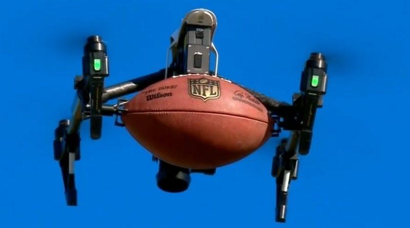 航拍機用腳架夾住美式足球,遙控升起腳架,球便會墜下。