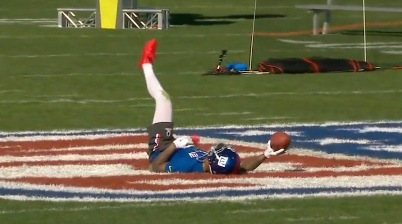 球員翻身接穩航拍機放下來的美式足球,身手確實不凡。
