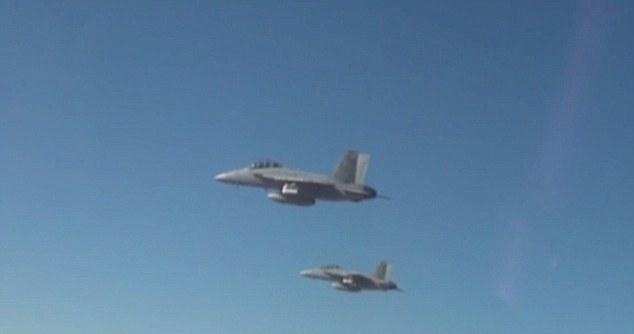 perdix 由 F-18 戰機在空中飛行期間釋放。
