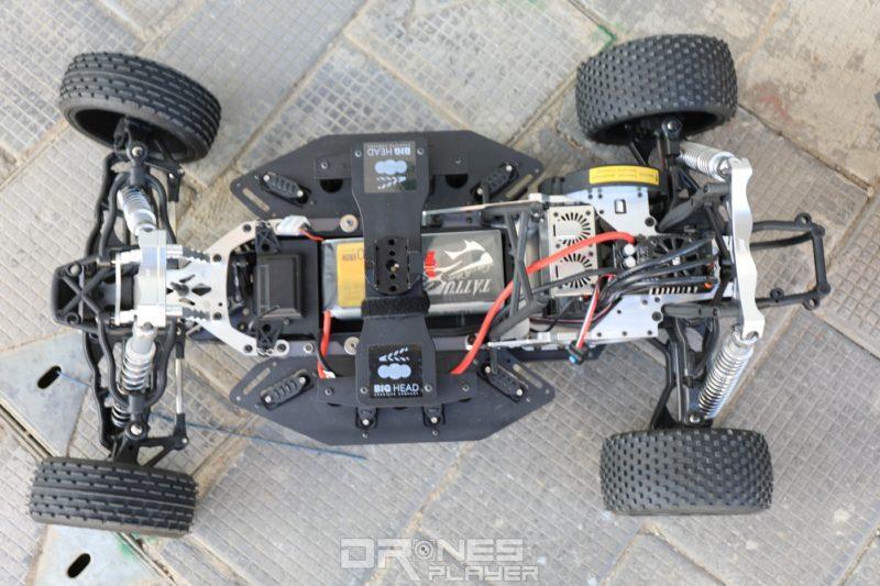 四輪電動車的車頂設有碳纖管的連接位。