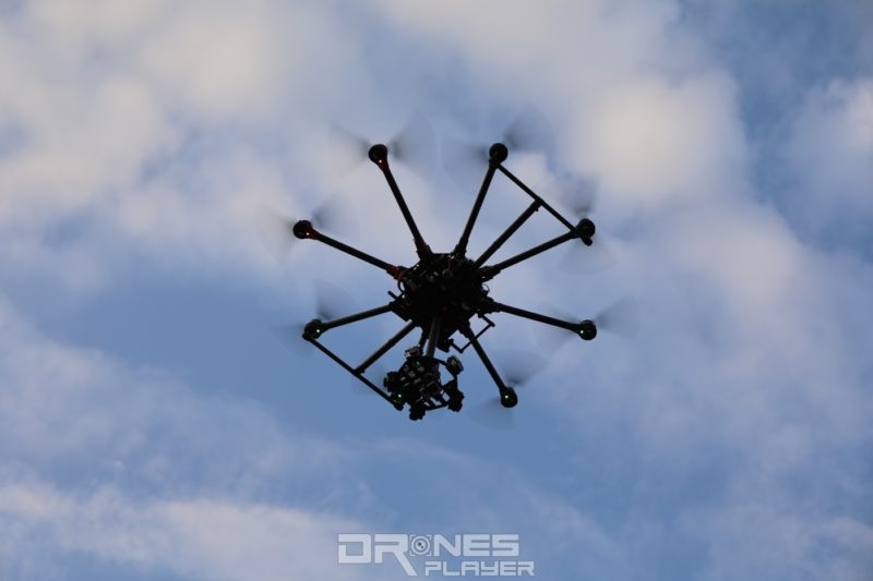 裝上 360 VR 增穩裝置的飛行平台,即使飛上天後仍然感覺十分龐大。