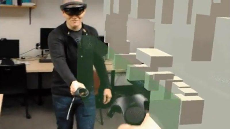 HTC Vive 和 HoloLens 用家各手持一支 HTC Vive 遙控器,即可進行協同創作。