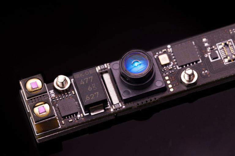 打開 VR 眼鏡的面板便可發現內裡藏有兩組視像鏡頭,用作偵測用戶手部動作。