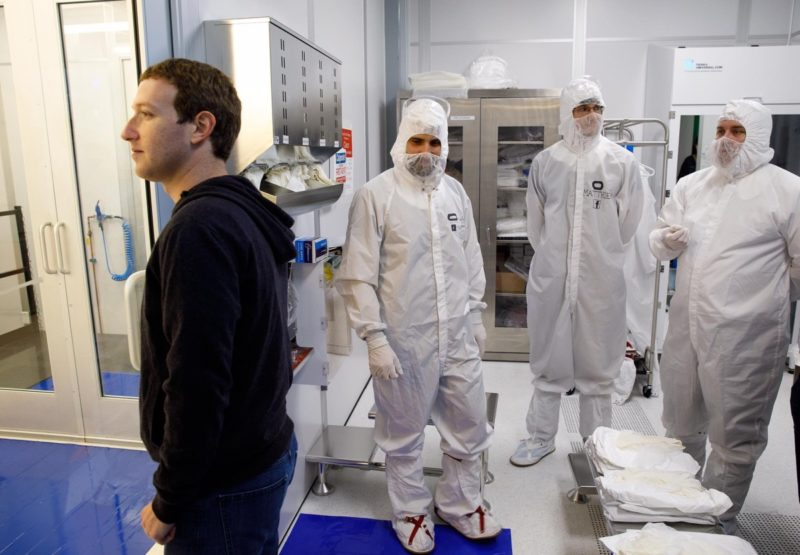 Mark Zuckerberg 參觀了 Oculus 研究實驗室中的無塵室。