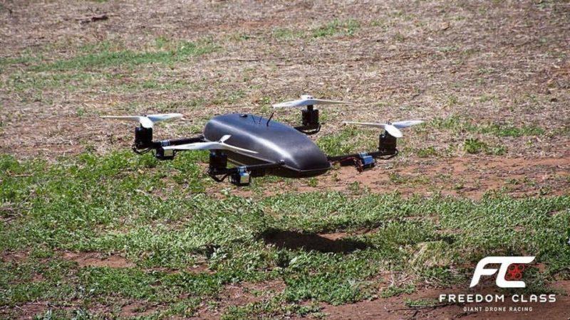 Freedom Class 競賽機機體龐大,長度幾乎等於小童身高。